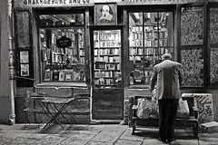 Buying antiquarian books at Shakespeare & Co, Paris (Nico Geerlings) Tags: leica old paris ancient books bookstore summicron monochrom hemingway parijs antiquarian rarebooks parisatnight librairie quartierlatin parisbynight shakespeareandcompany leicam parisdenuit blackwhitephotos mygearandme nicogeerlings