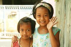 pretty sisters (the foreign photographer - ) Tags: sisters portraits canon thailand kiss pretty bangkok wave khlong bangkhen thanon 400d