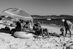 A beach day- photo 3 (jcfasero) Tags: familia family beach playa mar sea sol sun verano summer bw blackwhite sony rx100 rodeira cangas morrazo pontevedra espaa spain galicia galiza seascape landscape outdoor ngc street sphotography stphotographia