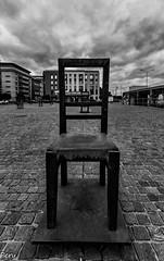 Esperando el tren (Perurena) Tags: silla bronce brass escultura obradearte espera waiting plaza square adoquines cracovia plazagetta polonia