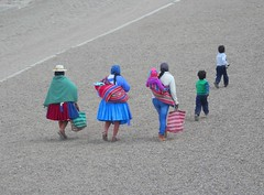 Senza titolo (magellano) Tags: sancristobal bolivia donne women donna woman bambini bambino child kid walking strada street people persone gente candid