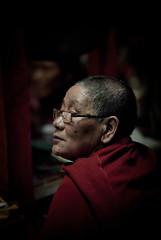 Puja (Julien Lagarde) Tags: nepal portrait mountain montagne trek geotagged retrato prayer buddhism himalaya montaa annapurnacircuit puja braga gompa bouddhisme npl prire braka bhraka pashchimanchal geo:lat=2865660000 geo:lon=8404070000