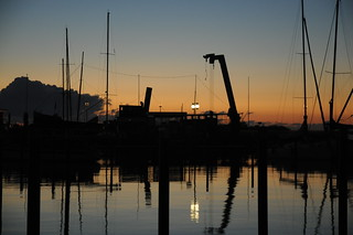 Morgendämmerung über dem leeren Hafen; Damp (799)