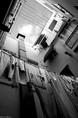 El patio (Sonia Montes) Tags: bw white black byn blancoynegro canon interior bn patio ropa pisos ropatendida soniamontes