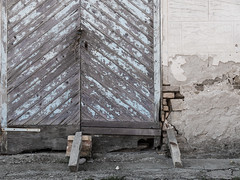 Qualsiasit 01 (Giulio Gigante) Tags: colori colors qualsiasit eccoqua ortona abruzzo italia italy campagna country giulio giuliogigante giuliogigantecom paesaggio documentario document documentary landscape storia history allaperto portone porta door