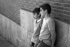 Nios observando (andyliar94) Tags: social retrato monocromo blanco negro monocromatico calle street city sunday humor mood amateur instant moment captura rastro madrid la latina people