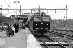 RC6 1359, Norrkoping 2012-04-12 (Michael Erhardsson) Tags: sj loktg tguppehll station rc6 ellok 2012 april svartvitt intercity ic