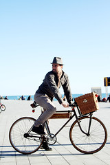 Vintage bicycle on the beach (Barcelona Cycle Chic) Tags: barcelona man bike bicycle vintage bicyclette oldbikes seleccionar cyclechic