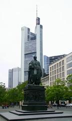 Frankfurt, Goethe-Platz, Goethe-Denkmal und Commerzbank-Tower (Goethe Monument) (HEN-Magonza) Tags: frankfurt hessen hesse deutschland germany goethedenkmal goethemonument goetheplatz commerzbanktower hochhaus highrisebuilding johannwolfgangvongoethe wolkenkratzer skyscraper