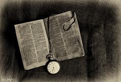 TEMPUS FUGIT (J.G_PHOTO) Tags: sepia libro biblia antigo reloj tiempo latn time book old