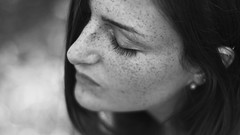 249/366: sun kiss (Andrea  Alonso) Tags: me selfportrait autorretrato freckles pecas dot imperfections girl woman portrait angle 50mm canon retrato blancoynegro blackandwhite bw