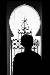 Mirada artesana (Pirata Larios) Tags: festival luz 60d contraluz 2016 verja mujer mayo chaouen hotel marruecos retrato maika canon fotografia carloslarios arco sombra