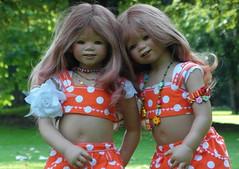 Zweisamkeit ... (Kindergartenkinder) Tags: dolls himstedt annette kindergartenkinder park garten annemoni tivi hortensien blume pflanze blumenbeet