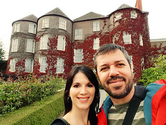Selfie at Butler`s House - Kilkenny - Ireland (renata_souza_e_souza) Tags: kilkenny countykilkenny ireland september 2016 trip travel people couple vacation holidays green red colorful man woman butlershouse selfie plants garden leaves autumn color