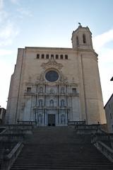 Trappen naar de kathedraal van Girona (Arnold Metselaar) Tags: kunst gebouw kerk beeldhouwwerk toren sculptuur standbeeld lichtbewolkt trap