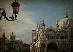 El aire bizantino (Manuel Gayoso) Tags: textura italia basilica campana leon reloj sanmarcos farol venecia cupula bizantino columna veneto piazzetta arcada leonalado