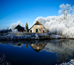 Winter of 2009 (lambertwm) Tags: blue winter white snow holland farmhouse reflections river vinter utrecht frost blauw hiver sneeuw nederland thenetherlands holanda invierno inverno wit  zima  paysbas niederlande  krommerijn boerderij rivier k  holandia hollanda pasesbajos nederlnderna ijzel paesibassi koningwinter vinteren alankomaat   kingwinter     musumdingin