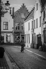 ciclista (Mauro Esains) Tags: brugge blgica europa ciudad medieval arquitectura casas calle bicicleta ciclista seor hombre persona paseo travel viaje turismo maana tranquilidad blanco y negro monocromtico bn nikon brujas