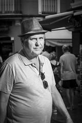 Pepe Reyes-160718-048 (Pepe Reyes (jorego)) Tags: 2016 bn fotografacallejera granada guiris hombre sombrero streetphotography