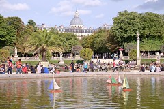 PARIS - OLD FASHIONED GAME (Punxsutawneyphil) Tags: europa europe france francia frankreich paris capital hauptstadt iledefrance french franzsisch jardinduluxembourg boats boote spiel game kids segelboote sailingboats toy toyboats teich wasser lake pond