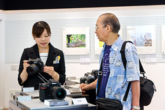 At Nikon Plaza Ginza :  (Dakiny) Tags: japan tokyo chuo chuoku ginza 2016 summer august city street plazaginza nikonplazaginza people woman man girl guy portrait camera lens dslr nikon d5 d500 d7000 nikkor 1685mm afsdxnikkor1685mmf3556gedvr nikonclubit