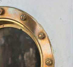 Quart de hublot ou hublot du quart (Pi-F) Tags: voile belem hublot cuivre boulon rond quart cercle texture brillant