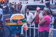 Street Food (c-u-b) Tags: srilanka kandy streetphotography essen food einkaufen selling seller arbeit work alltag everydaylife asia asien abend evening