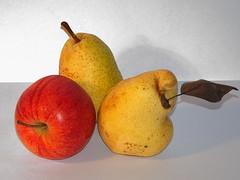 Poires et pomme (JMVerco) Tags: fruit poire pomme naturemorte naturamorta stilllife flickrchallengegroup