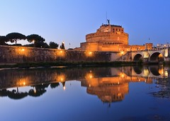 Romantic Rome :-) (Maria_Globetrotter) Tags: italien bridge blue italy rome roma reflection by night reflections river twilight italia roman landmark bynight clear hour empire bluehour arno iconic rom itlia itali creed bl  blaue italya reflektionen skymning  assassins  tala rzym wochy riket stunde timmen  landmrke reflektioner bltimmen romerska  itali mariaglobetrotter
