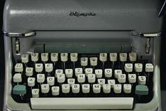 Olympia Schreibmaschine DSC0177A (reinhard_srb) Tags: flohmarkt altwaren antiquitt gebrauchtes ware schreibmaschine olympia buchstabe letter brief schreiben taste kaputt alphabet bro sekretrin
