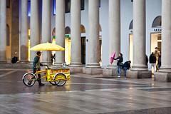 Frittelle calde (.:grana:.) Tags: rain yellow umbrella milano giallo pioggia piazzasancarlo ombrello frittelle venditoreambulante