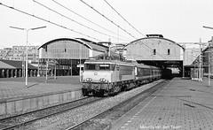 Benelux op HS in 1983 (Maurits van den Toorn) Tags: station train gare ns zug bahnhof denhaag 1600 alstom trein benelux denhaaghs nmbs hollandsspoor locomotief elok eloc sncb stationhs alsthom beneluxtrein serie1600 beneluxdienst