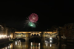 Ponte Vecchio Firenze (danielebenvenuti) Tags: notturno fiume arno fuochi pirotecnica artificio luci riflessi river light reflection colori color verde rosso green red scie luminarie firenze bridge florence toscana tuscany italia italy canon canon700d reflex