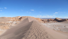 """Le désert d'Atacama: vue sur l'Amphitéatre (à droite) depuis le sommet de la Duna Mayor (Valle de la Luna) <a style=""""margin-left:10px; font-size:0.8em;"""" href=""""http://www.flickr.com/photos/127723101@N04/28940632910/"""" target=""""_blank"""">@flickr</a>"""