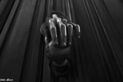 The hand door (Jotha Garcia) Tags: mano hand puerta door jothagacia nikond3200 monochrome monocromo blackwithe agosto summer august verano lineas lines madera wood texture textura