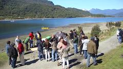 Disfrutando un curanto comunitario junto a voluntarios de la Universidad de Valparaíso