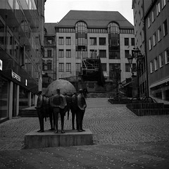 World trade (lennox_mcdough) Tags: street bw sculpture art 120 mamiya film stairs analog mediumformat germany deutschland bavaria nuremberg mamiya6 rodinal negativescan ilford worldtrade nürnberg asa50 panf rollfilm a88 iso50 panfplus panf50 panfplus50 welthandel mamiyag75mmf35l canoscan9000f takenin2012 hellarosnerböhnlein