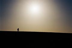 La Solitude du cadreur (Sarah Devaux) Tags: cadreur trépied sweat tournage solitude hiver bleu contrejour soleil silhouette homme charente agentique ruffec campagne ligne backlight cameraman silver colline hill
