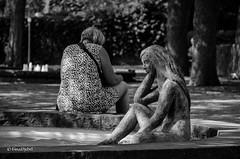 Statue & Frau (tina djebel) Tags: nikon nikkor dslr d7000 schwarzweis blackwhite schwarzundweis blackandwhite aschaffenburg aschaffenburgschlospark