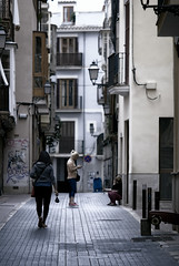 tres mulleres (amargureiro) Tags: woman street streetphotography urban city calle d80 75150mmf35e nikon vertical candy palmademallorca palma spain espaa callejear