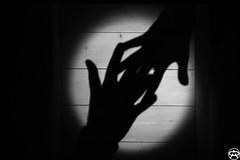 Anche le ombre vogliono la loro parte (Albuzzzzzz) Tags: light shadow hands nikon shadows ombra mani ombre projection luce d3100 albuzzzzzz