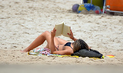 Leitura (De Santis) Tags: camera brazil woman hot praia beach girl beauty brasil reading book nikon surf candid sopaulo mulher sp bonita brazilian garota livro paulo so guaruj guaruja tombo brasileira escondida biquini leitura surfe lendo praiadotombo d5100 fernandodesantis