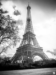 Le tour de la Dame de fer (Chez Joe) Tags: blackandwhite bw paris france blackwhite fuji tour noiretblanc lumire illumination nb toureiffel finepix nights ville noirblanc couchdesoleil x10 effeil fujix10