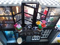 Police Station: Chief's Balcony (Tommaso Salici) Tags: tommasosalici lego moc police polizia jail prison carcere prigione policestation commissioner chief office bureau commissario capo ufficio fiore flower vaso pot balcony balcone