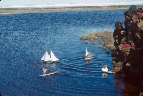 canada children toys sailing lac games inuit sailboats northwestterritories arviat nunavut bac jouets jeux libraryandarchivescanada eskimopoint bibliothèqueetarchivescanada territoiresdunordouest bateauxjouets faisantnaviguer donaldbenjaminmarsh