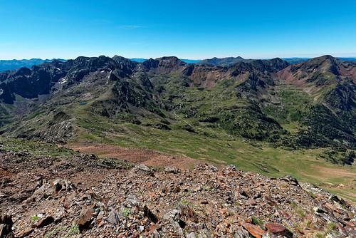 Trek Haute Ariège - Jour 10 - versant Espagnol et lac de Baiau, crête frontaière et versant Français et lacs des Lavans depuis le pic de Soucaranne