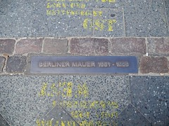 Verlauf der Berliner Mauer (DennisGRILLT) Tags: summer west berlin history wall germany deutschland near capital hauptstadt sightseeing sunny east charlie german bauer juli ost berliner 2012 deutsche checkpoint geschichte gedenkstätte nähe verlauf gedenkplatte