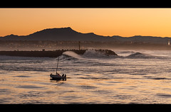 Retour au port (Atekaba) Tags: ocean light sunset sea mer mountain france montagne boat nikon waves lumire sigma bateau vagues phare 70200 f28 euskadi goldenhour coucherdesoleil paysbasque landes ligthouse aquitaine larhune d90