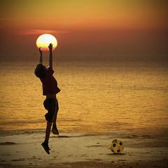 Soñando imposibles (Inmacor) Tags: sun sol contraluz play dream playa noel explore amanecer gift salto silueta juego niño pelota saltar ltytr2 ltytr1 ltytr3 ltytr4 inmacor bestcapturesaoi