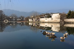 A Beautiful Winters Day in Hongcun, China (part of UNESCO world heritage) (Maria_Globetrotter) Tags: world china county travel winter reflection bird heritage tourism birds architecture canon reflections de duck ancient december day hill chinese unesco clear typical kina efs cina chine yi 2012 weltkulturerbe whs mondial patrimoine anhui welterbe kiina   chiny in hongcun lhumanit 650d 1585 werelderfgoed  vrldsarv reflektioner werelderfgoedlijst verdensarven  hngcn mariaglobetrotter  leigang